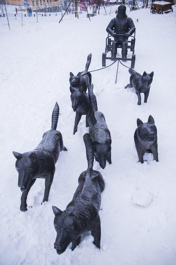 狗雪撬的古铜色雕象 免版税库存图片