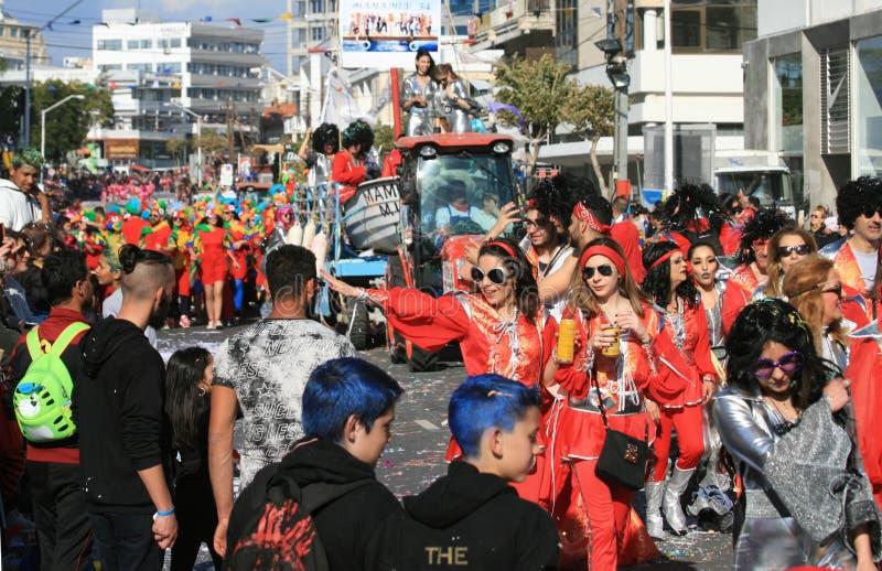狂欢节服装的人们和移动沿街道的浮游物 免版税库存照片