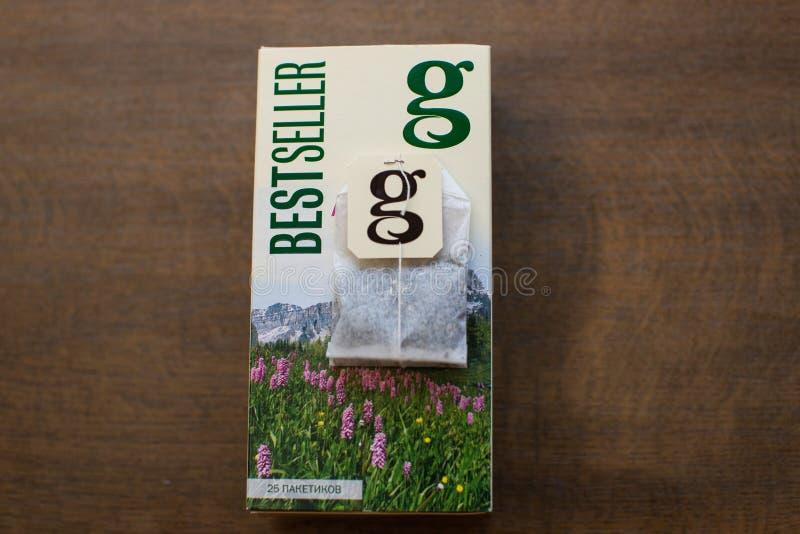 盒在木背景的雍容茶 免版税库存照片