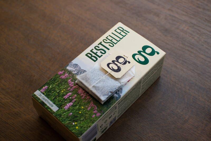 盒在木背景的雍容茶 免版税库存图片