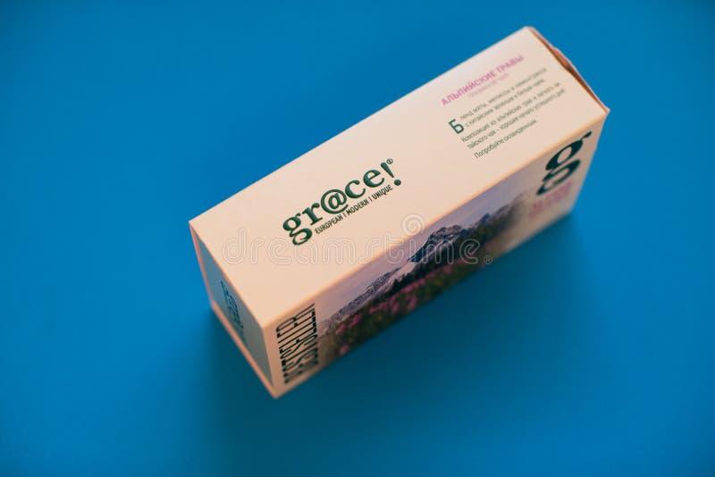 盒在蓝色背景的雍容茶 库存图片