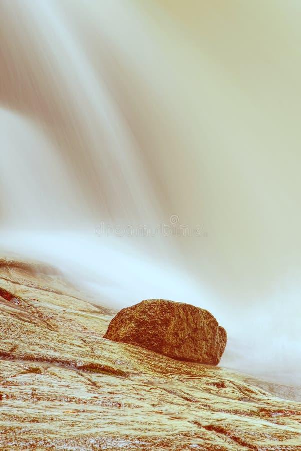 瀑布小瀑布在岩石的 冬天Mumlava河 库存照片