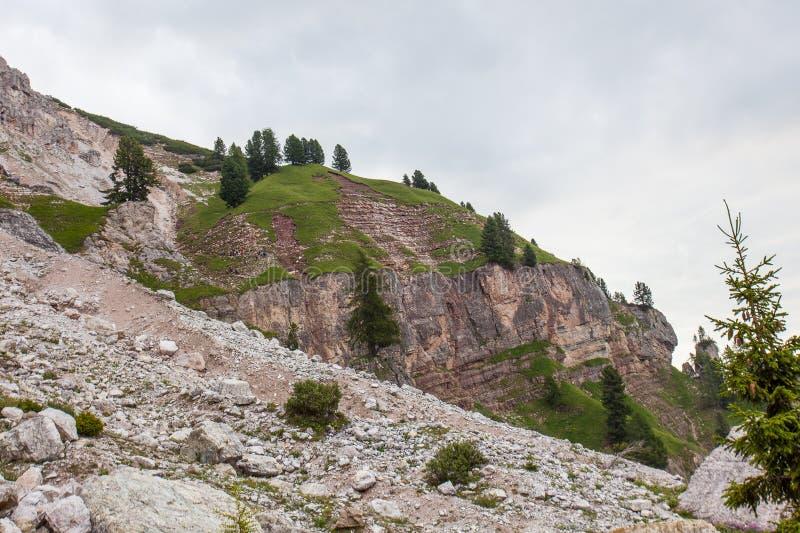 登山家走在道路的在迪博纳部分,Tofana山小组一个重要地质站点  免版税库存图片