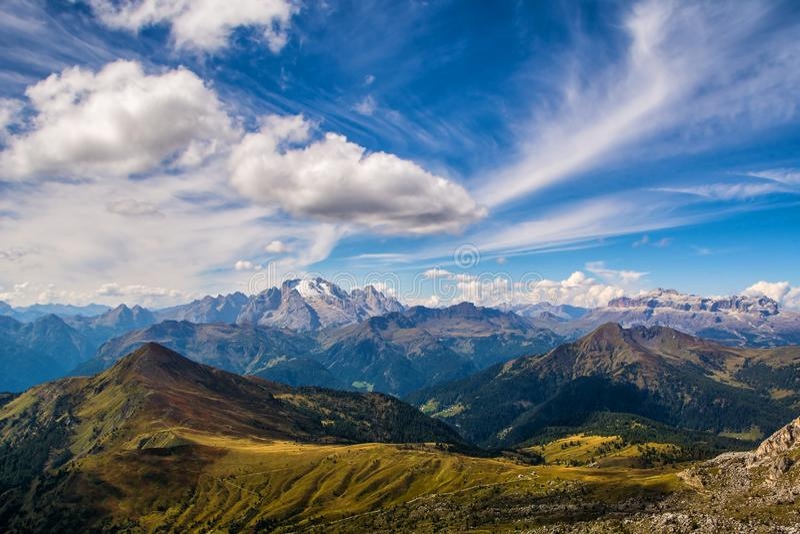 白云岩阿尔卑斯的美妙的风景 马尔莫拉达山山令人惊讶的看法  地点:波尔扎诺自治省,白云岩,意大利 旅行 库存图片