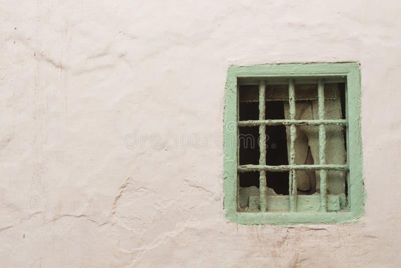 白色墙壁和浅绿色的窗口与滤栅 库存照片