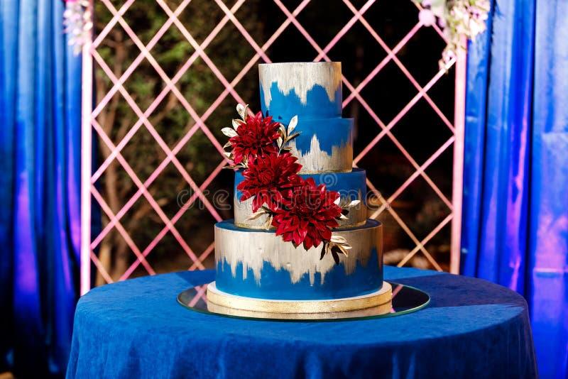 白色婚宴喜饼特写镜头与花的 大蛋糕婚礼 装饰趋向 新娘仪式花婚礼 免版税库存图片