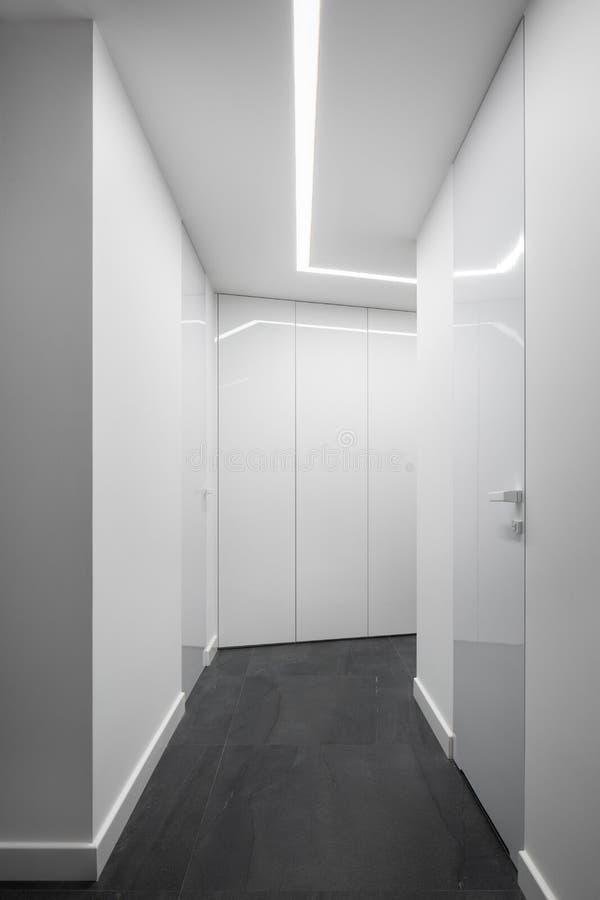 白色家庭走廊内部与壁橱 免版税库存照片