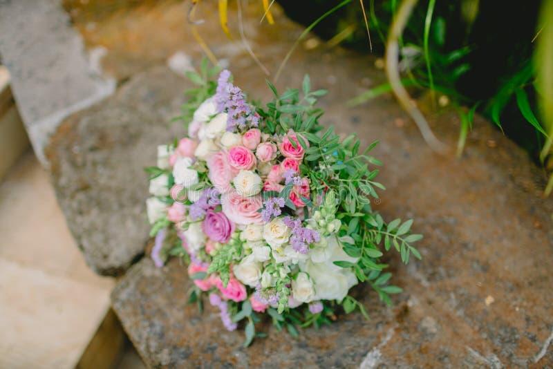白色和桃红色花婚礼花束  美丽植物 图库摄影