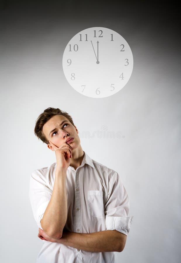 白色和时钟的年轻人 库存照片