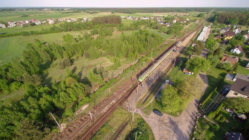 白色和绿色火车在小村庄在Mazovian地区在波兰 图库摄影