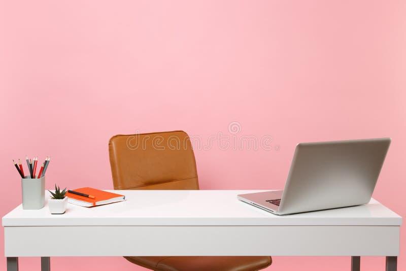 白色桌,有contempopary个人计算机膝上型计算机笔记本的,铅笔,布朗皮革办公室椅子书桌 工作场所在办公室 免版税库存照片