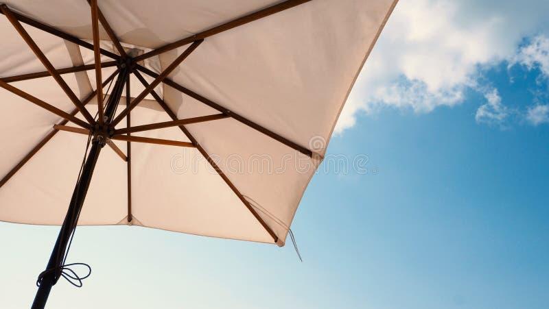 白色织品颜色纹理沙滩伞 图库摄影