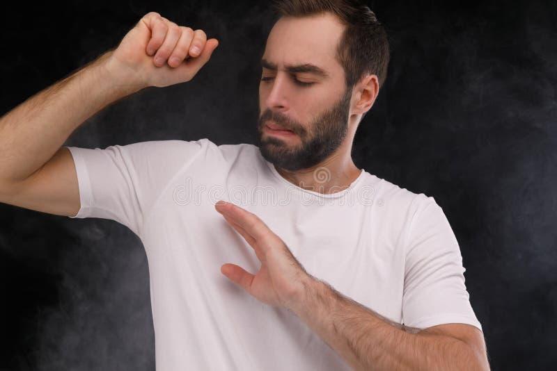白色T恤杉的人恨香烟抽烟 库存图片