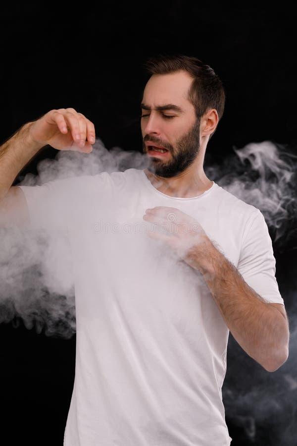 白色T恤杉的人恨香烟抽烟 免版税库存照片