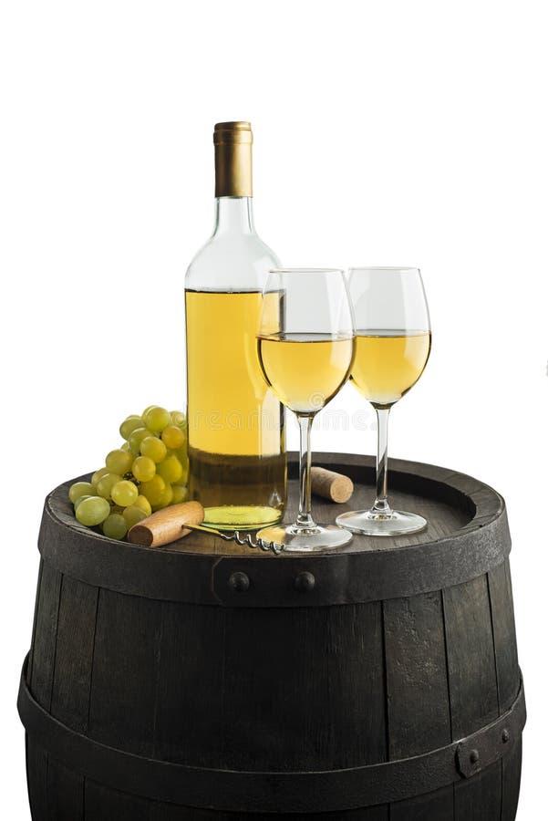 白酒酒瓶和玻璃有桶背景 免版税库存照片