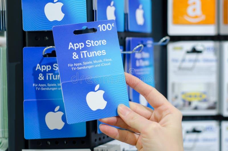 索斯特,德国- 2019年1月8日:应用商店& iTunes礼品券待售在商店 免版税库存照片