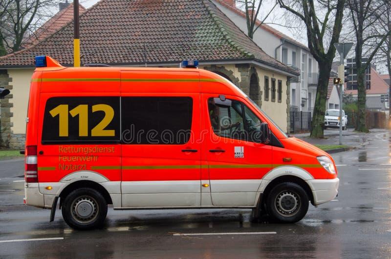 索斯特,德国- 2017年12月20日:德国救护车服务汽车在街道上驾驶 112是欧洲突发事件数量那 库存图片
