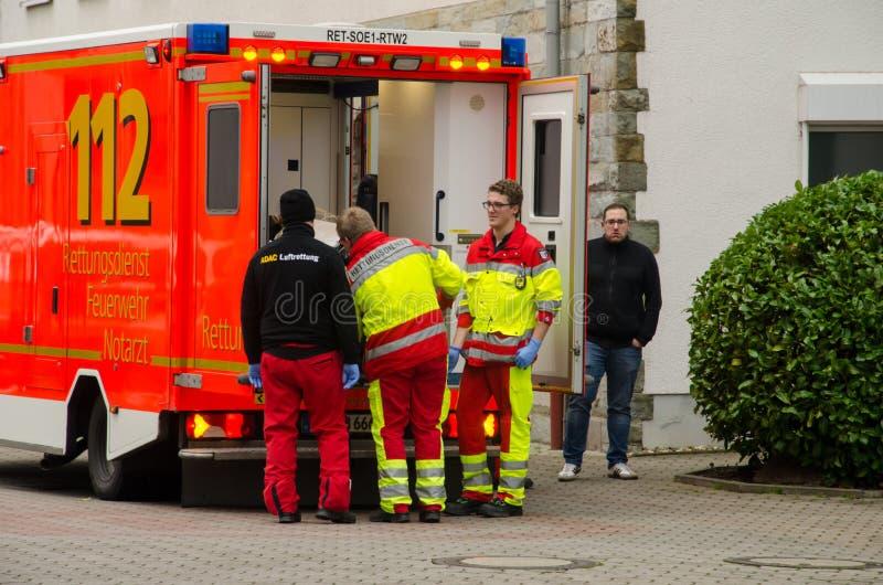 索斯特,德国- 2017年12月23日:在救护车服务汽车附近的医疗旅团 Marienkrankenhaus索斯特gGmbH 免版税图库摄影