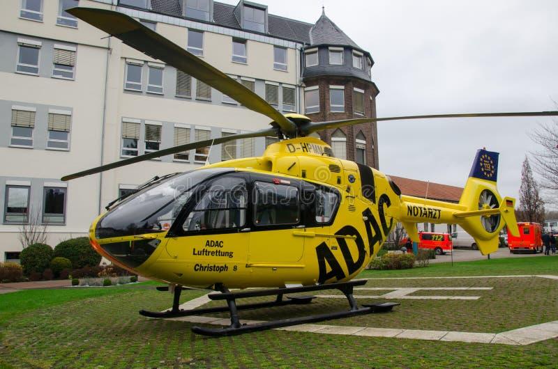 索斯特,德国- 2017年12月23日:全德汽车俱乐部医疗应急直升机Luftrettung欧直EC-135 P2 免版税图库摄影