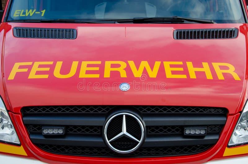 索斯特,德国- 2017年12月18日:消防队服务卡车Feuerwehr索斯特112是欧洲突发事件数量那 免版税库存照片