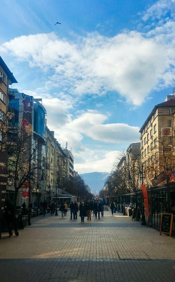 索非亚,保加利亚- 2019年3月11日:索非亚步行走的街道在一好日子 免版税库存图片