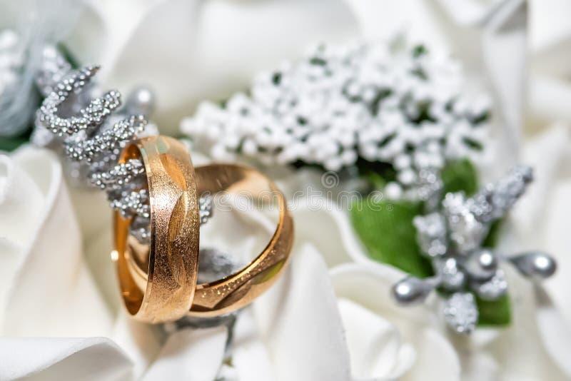 紧密在新娘花束的两结婚戒指 库存图片