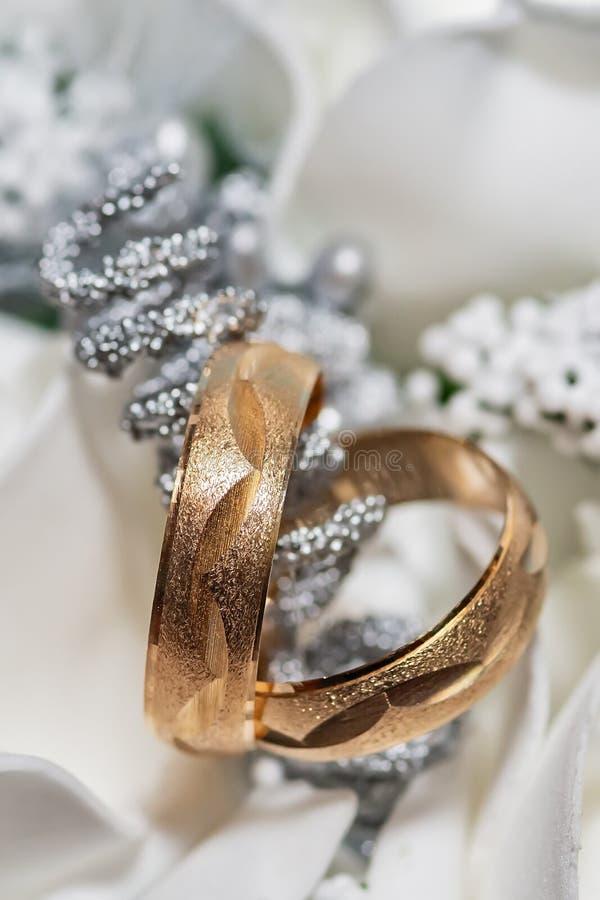 紧密在新娘花束的两结婚戒指 免版税库存图片