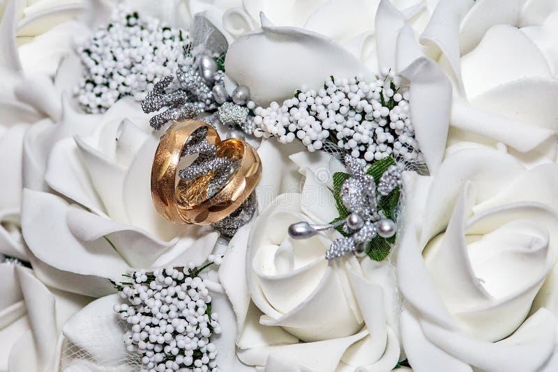 紧密在新娘花束的两结婚戒指 免版税库存照片
