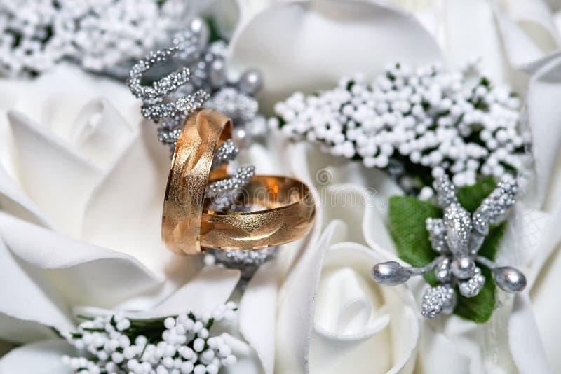 紧密在新娘花束的两结婚戒指 库存照片