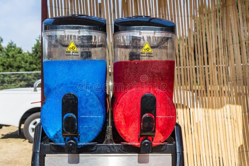 紧凑双融雪机器可能提供您的顾客以两个可口味道 库存照片