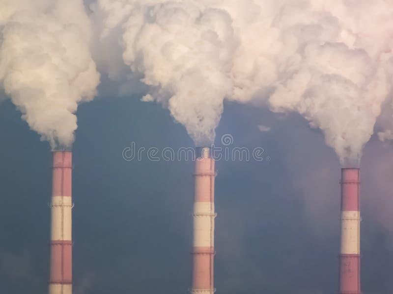 用管道输送烟,执行有害的放射 免版税图库摄影