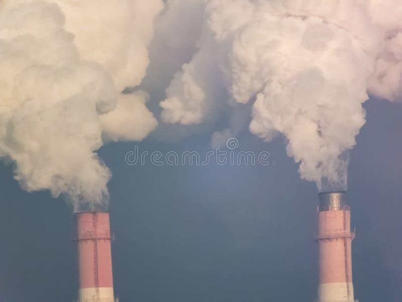 用管道输送烟,执行有害的放射 库存图片