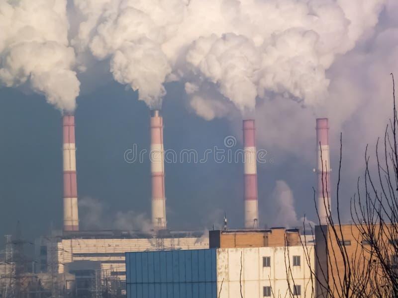 用管道输送烟,执行有害的放射 免版税库存图片