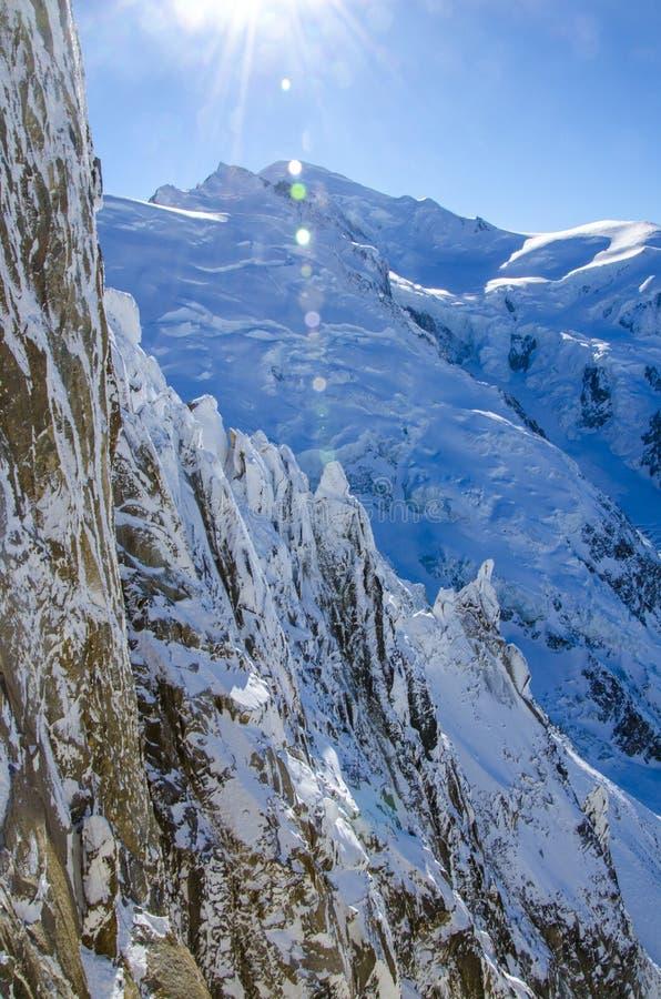 用雪盖的最高的欧洲山勃朗峰和法国阿尔卑斯的看法 夏慕尼Mont布朗在冬时 免版税库存图片