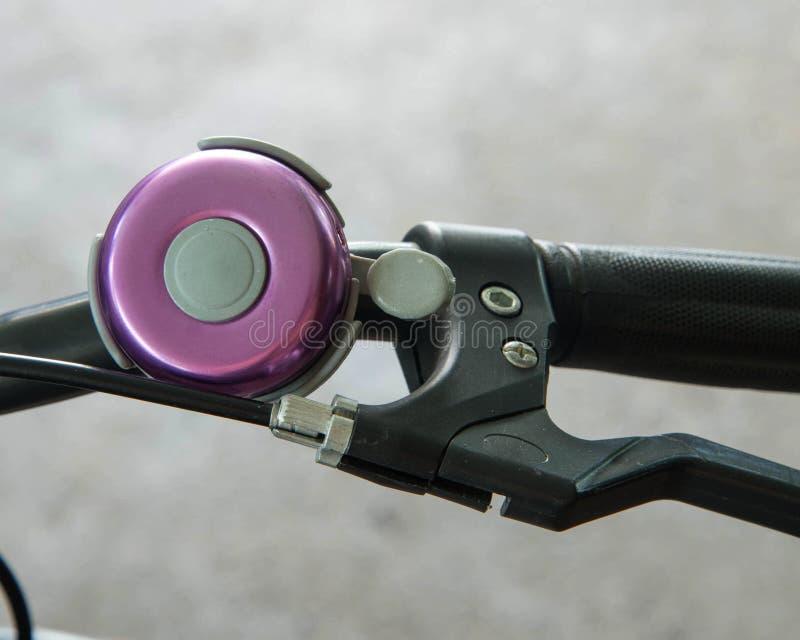 紫罗兰色自行车响铃 库存照片