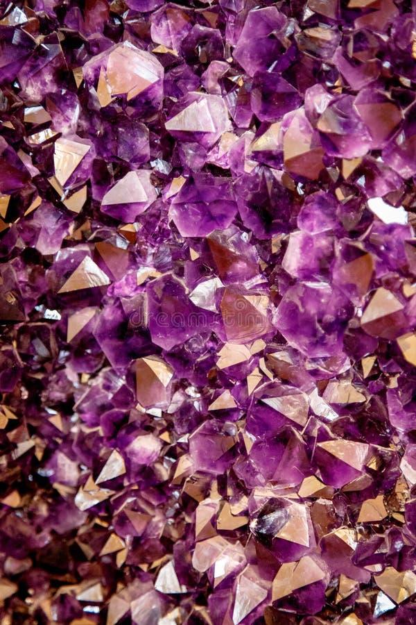 紫色的紫色水晶 在自然环境的矿物水晶 珍贵和次贵重的宝石纹理  免版税图库摄影