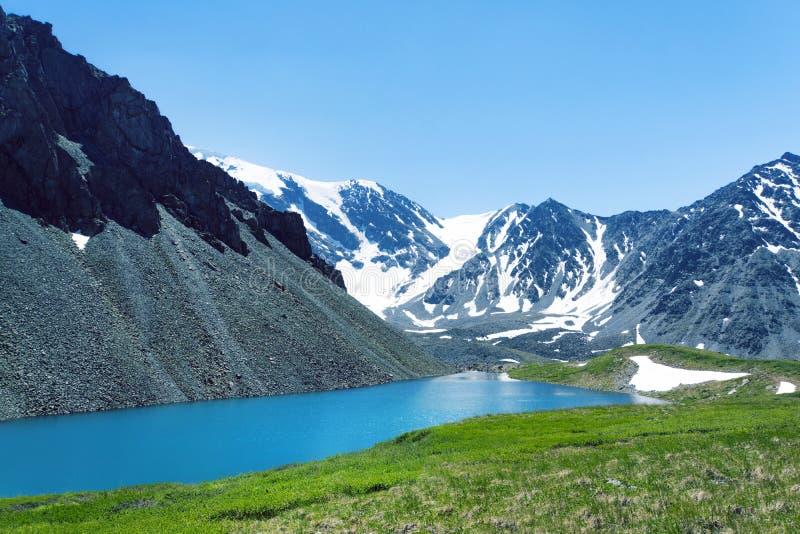 田园诗五颜六色的夏天风景美丽的景色与反射在透明的山湖的山山顶的在夏天 绿色 库存图片