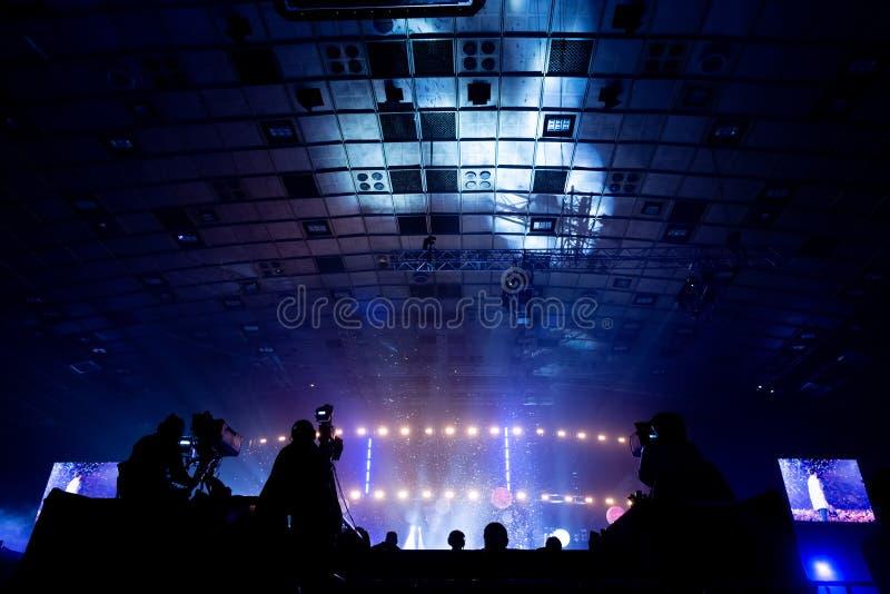 由一位摄影师的电视广播在音乐会期间 与操作员的照相机在高平台 免版税图库摄影