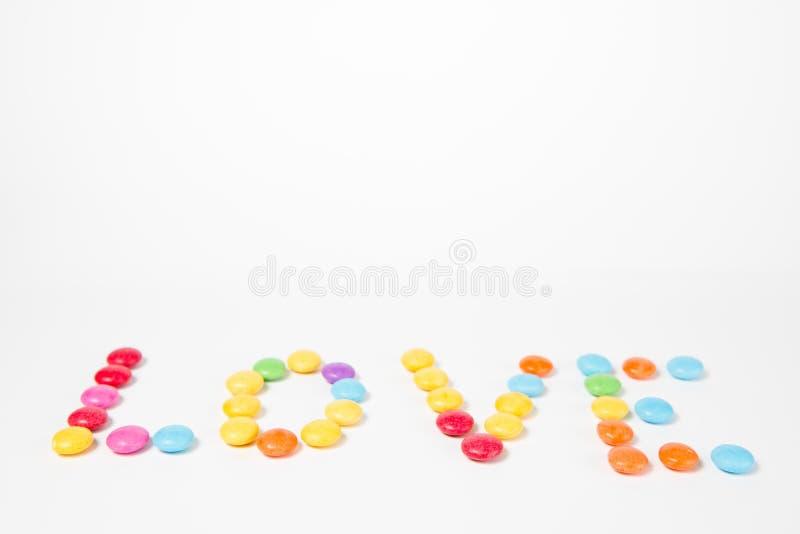 由五颜六色的甜糖果做的题字爱 库存照片