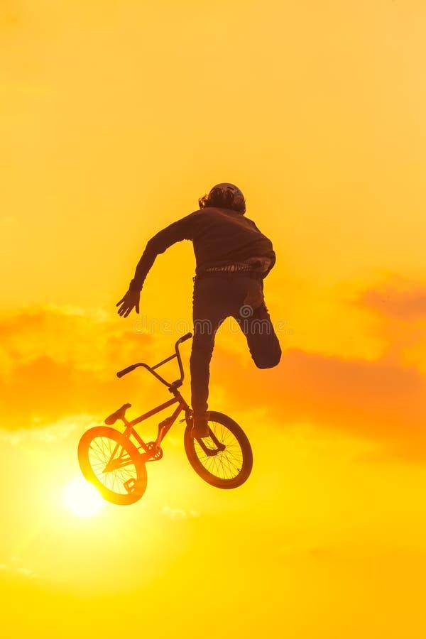 由后面照的日落bmx特技 图库摄影