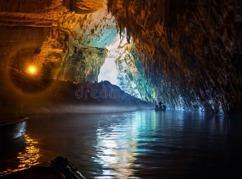 由小船游人的游览与一个地下湖Melissani在Kefalonia海岛上,希腊的一个洞的 免版税库存图片