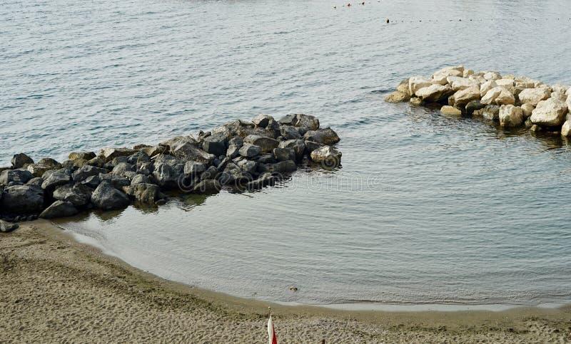 由岸的独特的岩层 图库摄影
