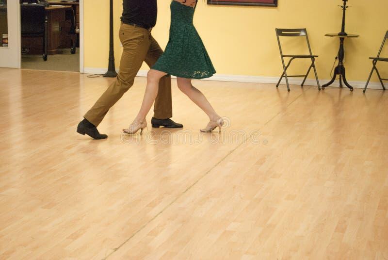 由年轻夫妇的华尔兹在舞蹈演播室 免版税库存照片