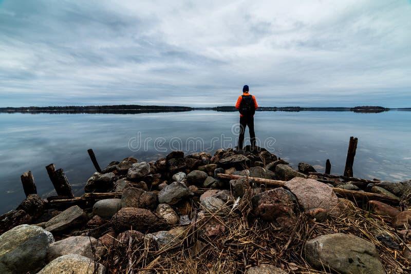 由海的背包徒步旅行者 免版税库存照片