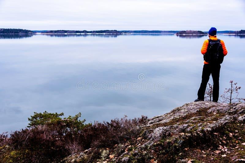 由海的背包徒步旅行者 图库摄影
