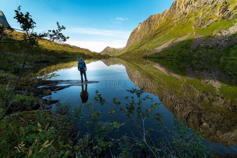 由湖的远足者 免版税库存照片