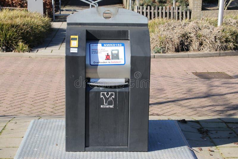 由预付卡打开在nieuwerkerk aan小室Ijsel在1欧元的荷兰每depos的垃圾的地下容器 免版税库存图片