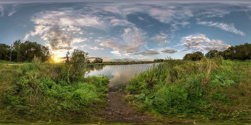 由180角度图的充分的无缝的球状全景360在小湖岸在与令人敬畏的云彩的晴朗的夏天晚上 免版税库存图片