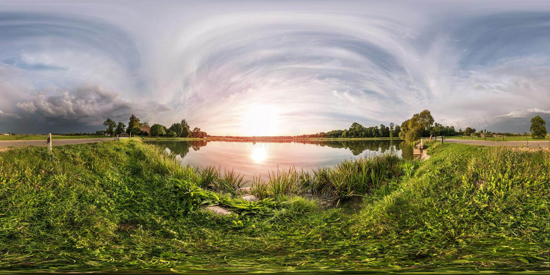 由180角度图的充分的无缝的球状全景360在湖岸在风暴前的晚上在equirectangular投射 免版税库存图片