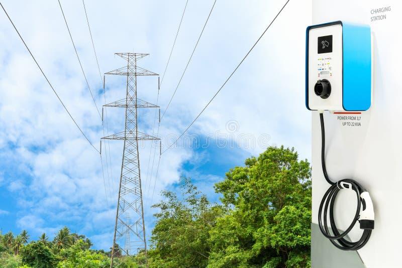 电动车充电的现代Ev驻地插座和电缆供应或混合动力车辆在自然天空蔚蓝和高压 免版税库存图片
